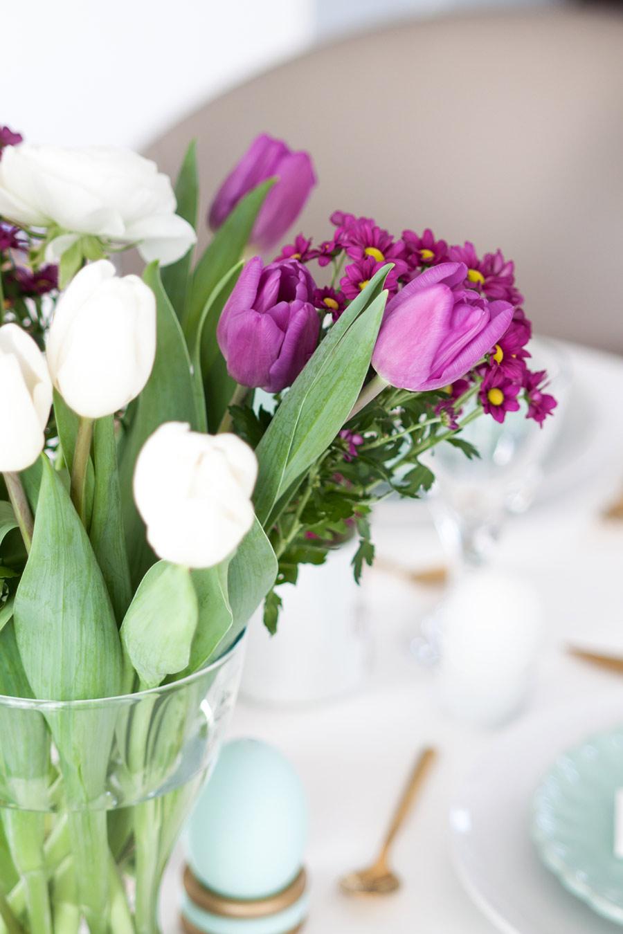 Tulpen Ostern gedeckter Tisch