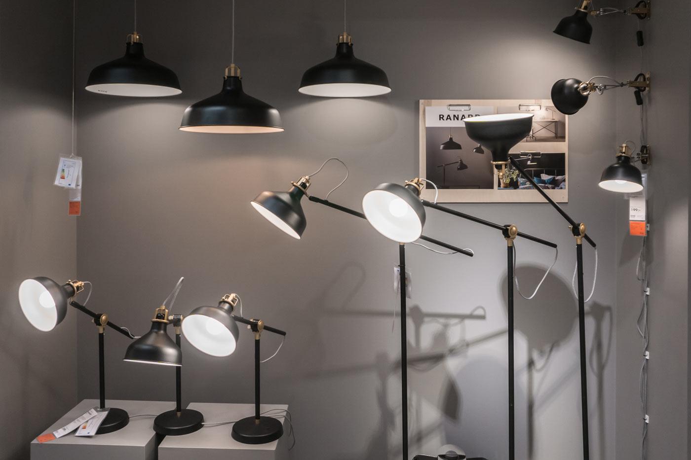 Ikea Leuchten schwarz inszeniert