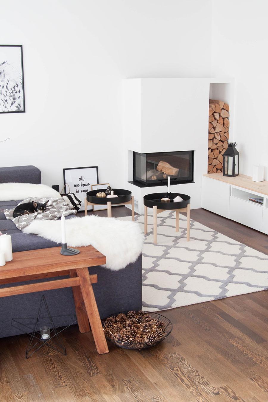 Eckkamin im Wohnzimmer mit Holzlager