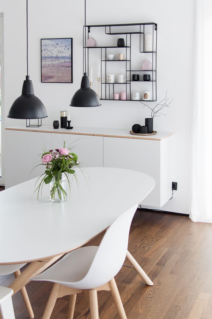Weißes Sideboard und weißer Esstisch von Ikea