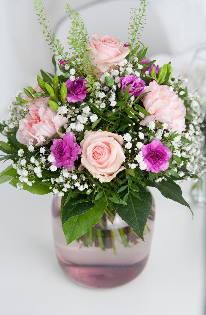 Rosen und Nelken in Vase
