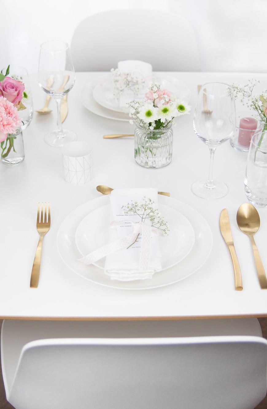 Romantische Tischdekoration zum Valentinstag