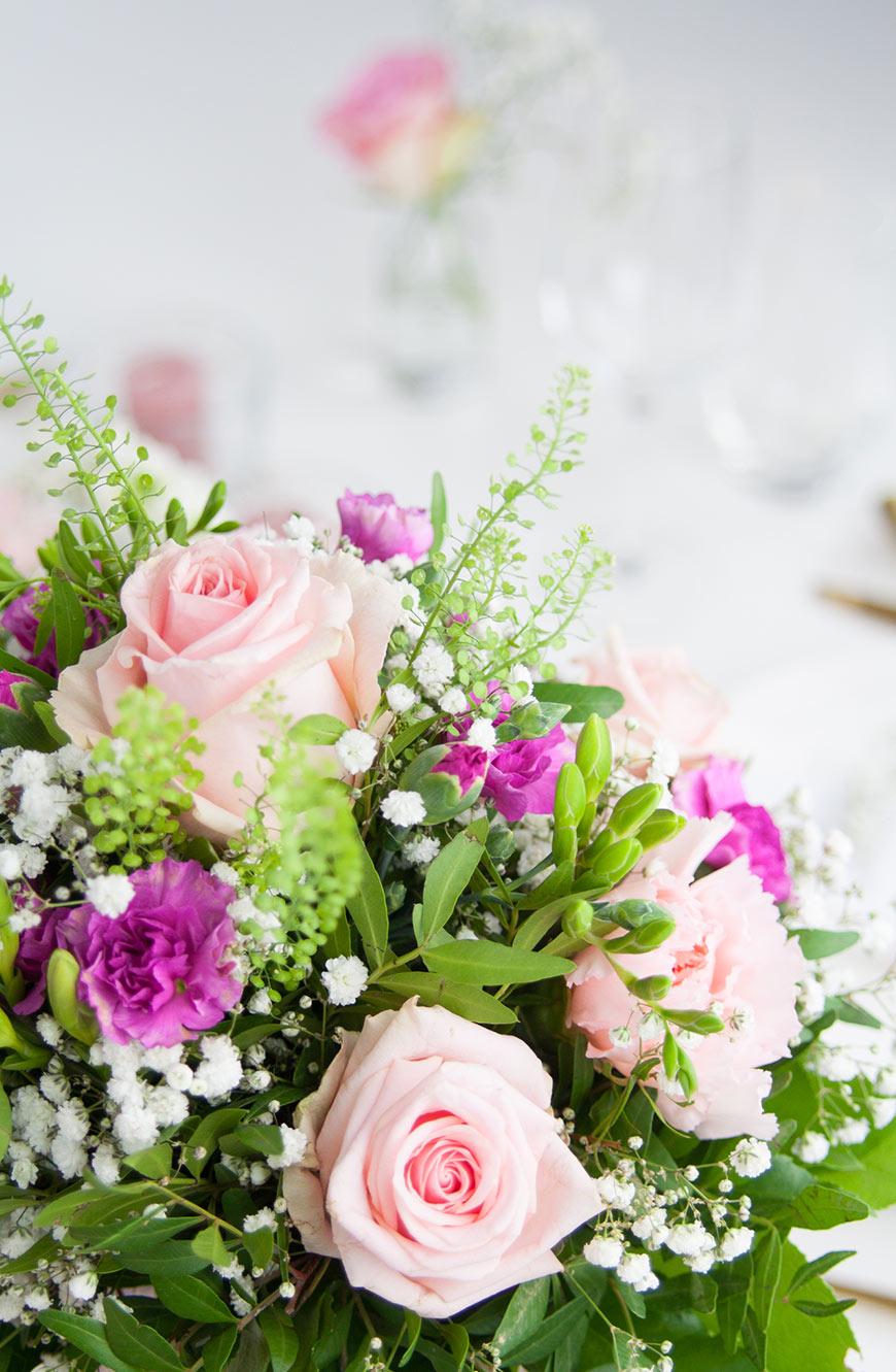 Valentinstag Tisch decken Blumen