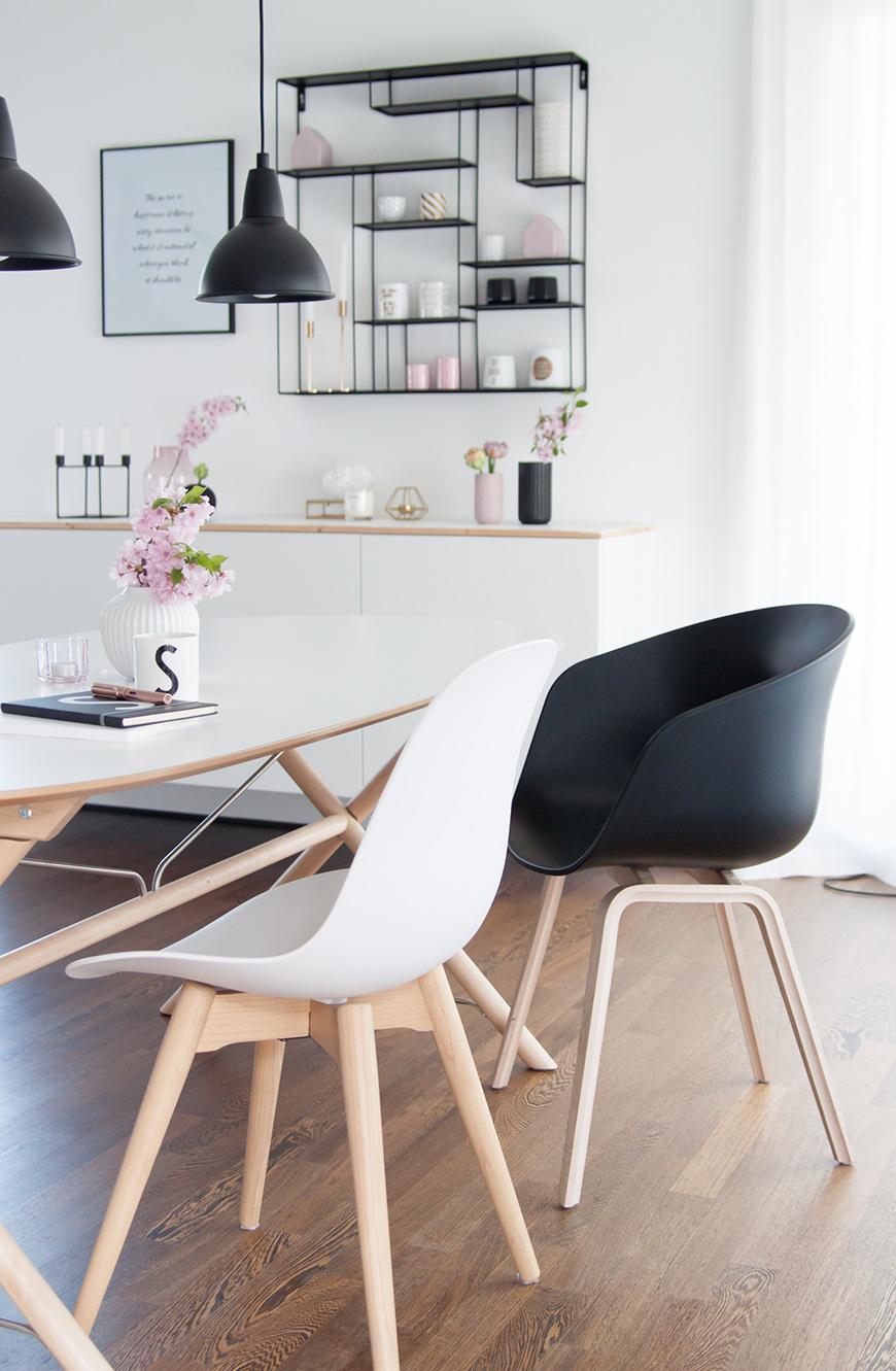 Esstischstühle und Tisch bei dunklem Fußboden