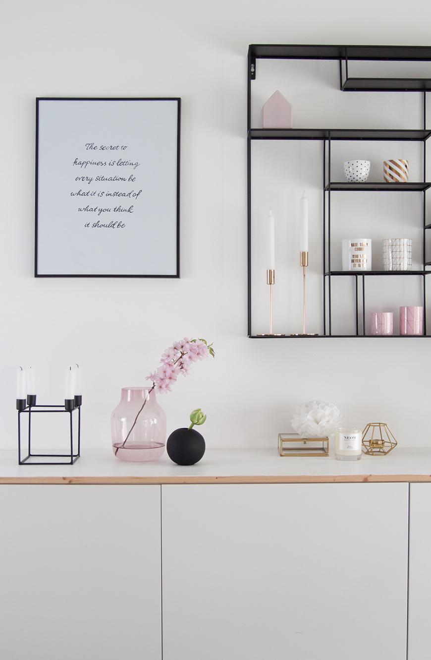 Sideboard dekorieren, Wandregal schwarz