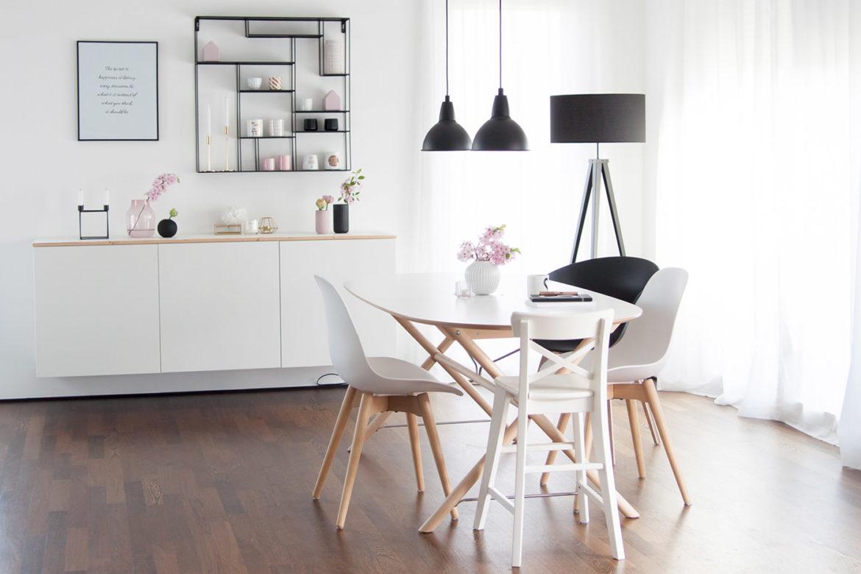 Wohnzimmer im Skandi Look mit Esstisch und Sideboard von Ikea
