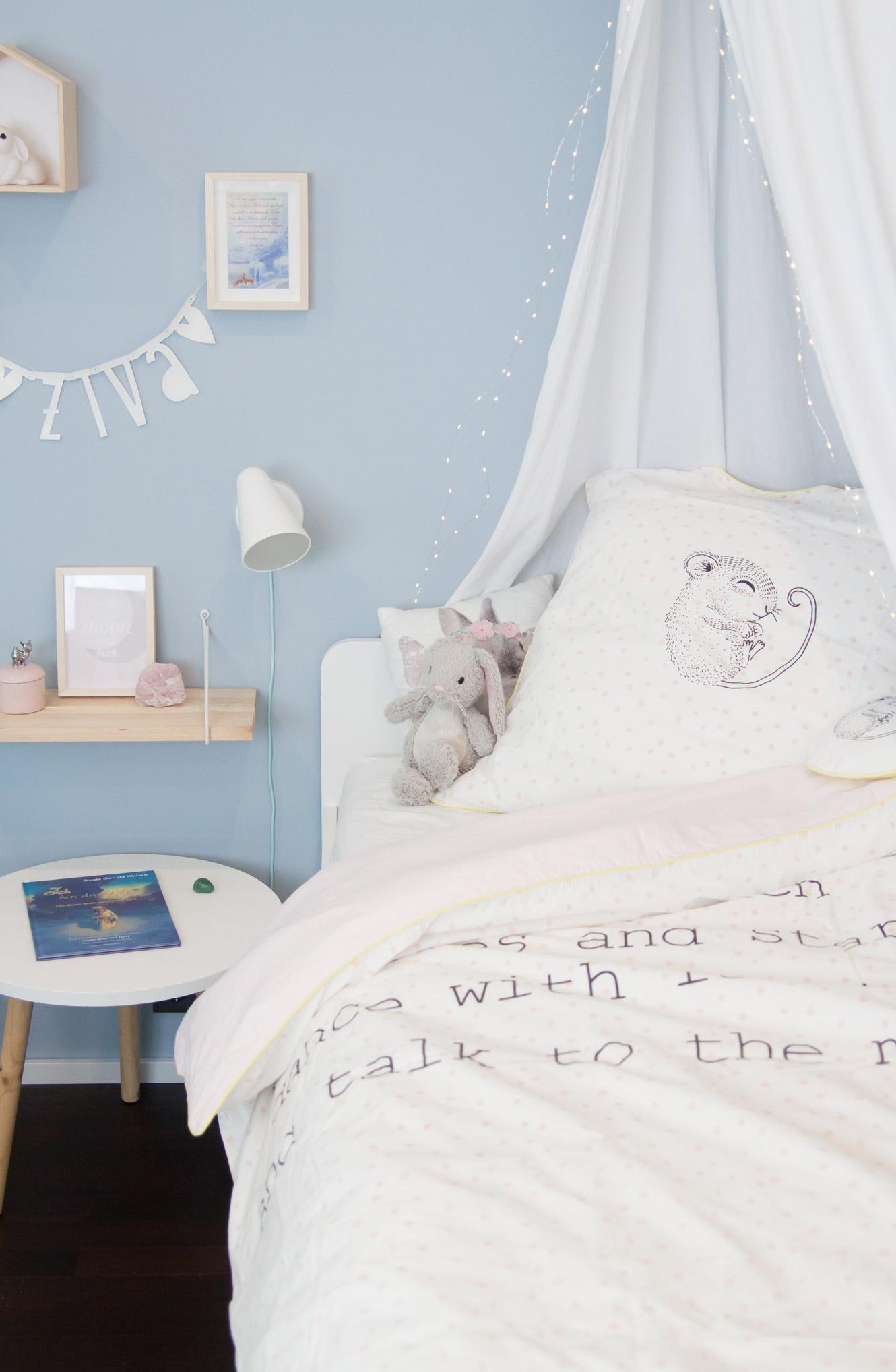 Kinderzimmer Mädchen hellblaue Wandfarbe