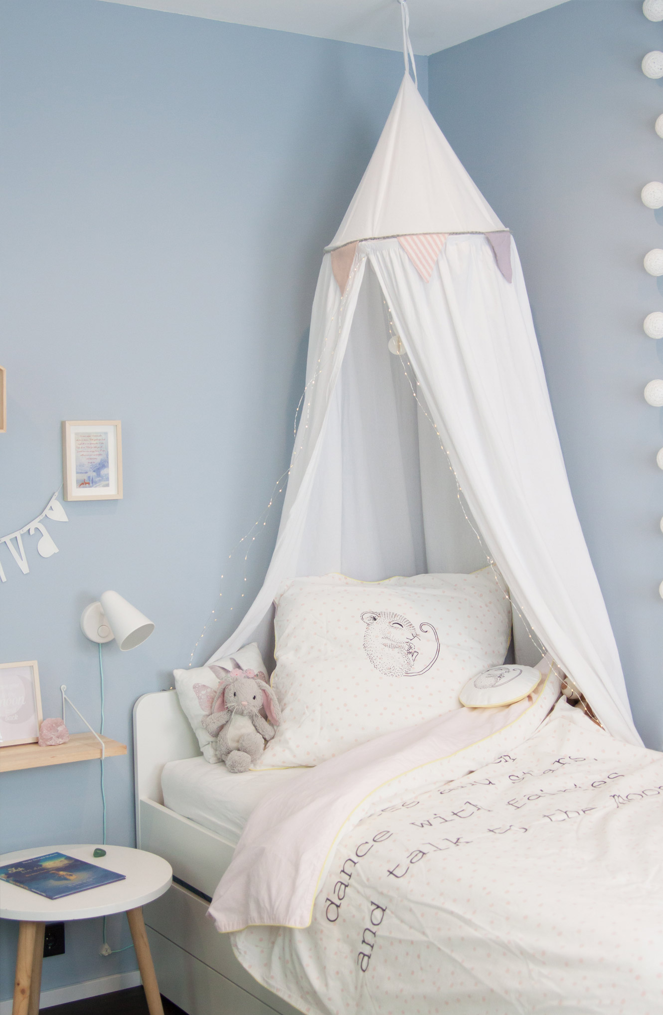 Mädchenzimmer hellblaue Wand