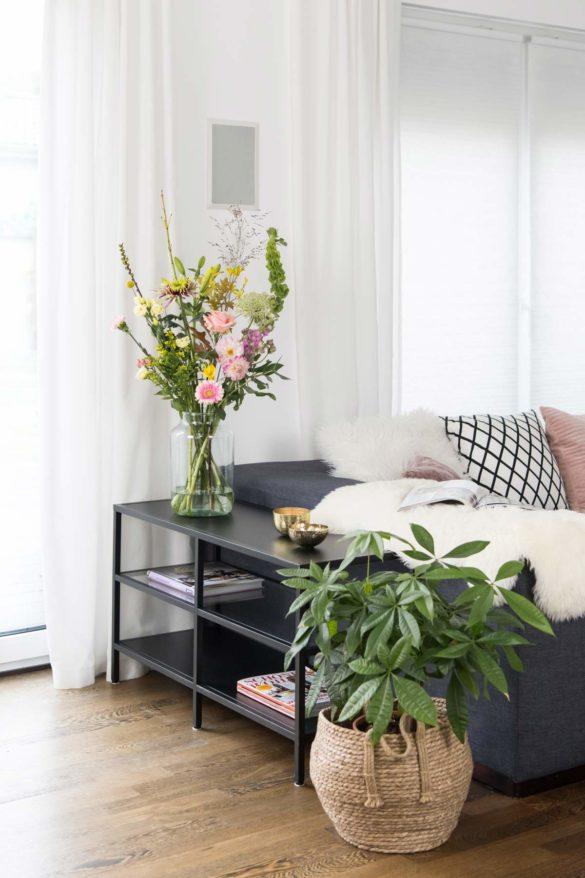 Wohnzimmer mit Blumenbouquet von Bloomon