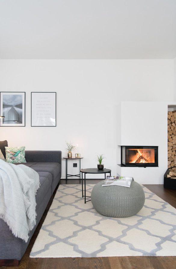 Wohnzimmer mit Eckkamin und Holzlager