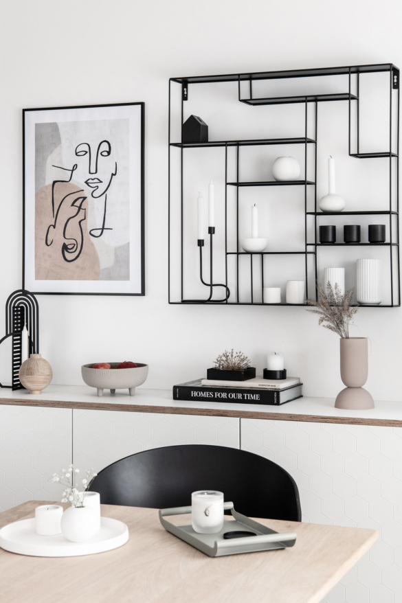 Wandregal und Sideboard mit Dekoration