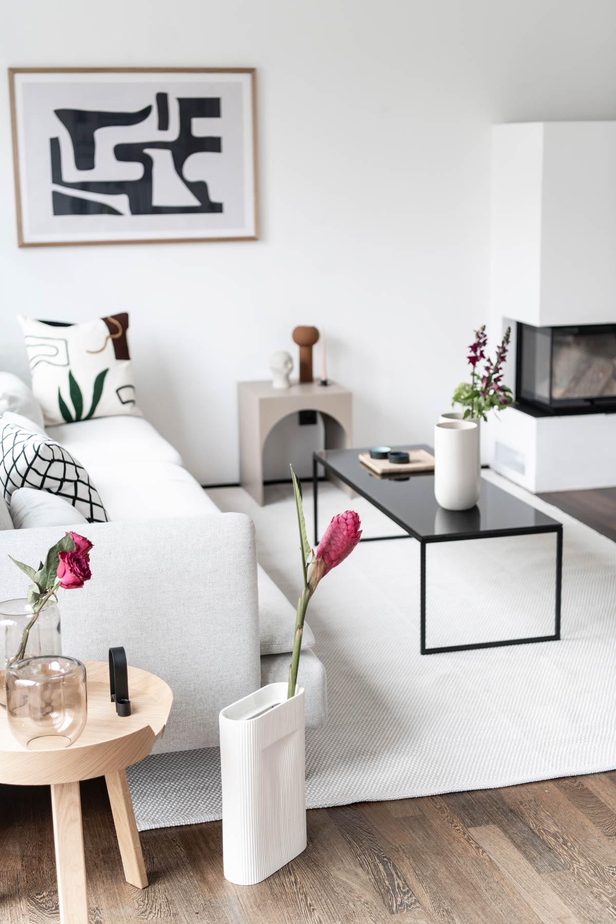 Wohnzimmer mit schwarzem Couchtisch